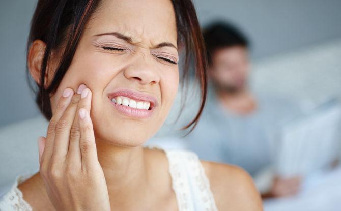 Сводит зубы и челюсть: причины и что делать