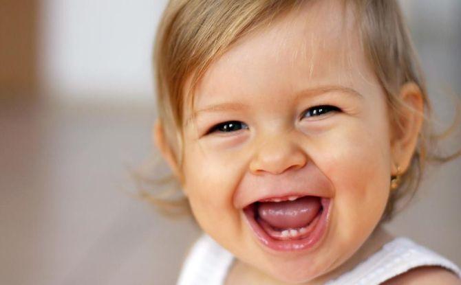 Когда у детей прорезываются клыки: сроки, симптомы и первая помощь