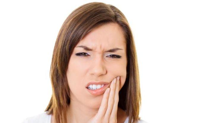 Растет зуб мудрости и болит десна: чем опасно и как лечить