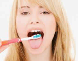 Чистка языка зубной щеткой