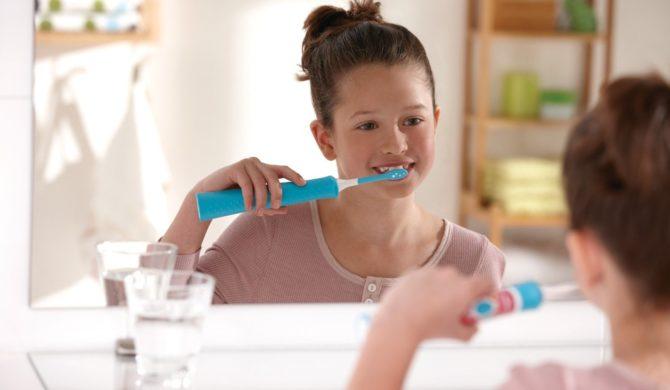 Чистка зубов детской электрической щеткой