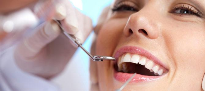 Осмотр десен у стоматолога