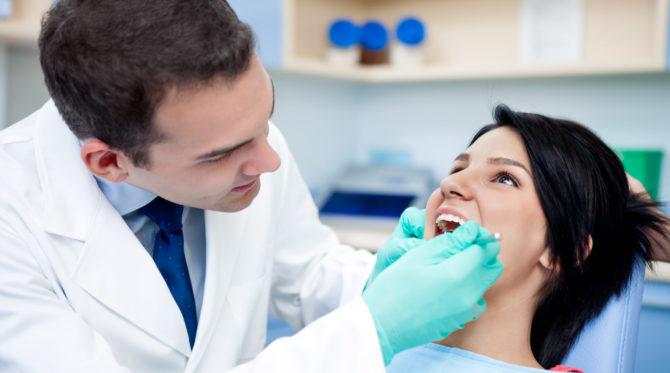 Осмотр стоматолога при кандидозе