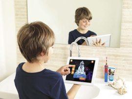Ребенок чистит зубы электрической зубной щеткой