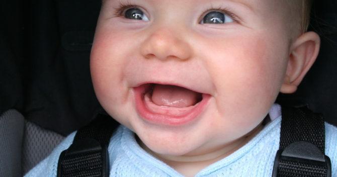 У ребенка прорезывается зуб
