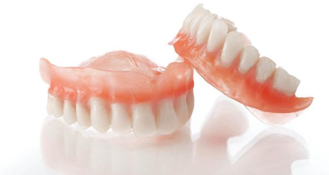 Зубной протез для людей с полным отсутствием зубов