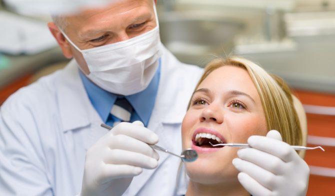 Зубной врач осматривает пациента