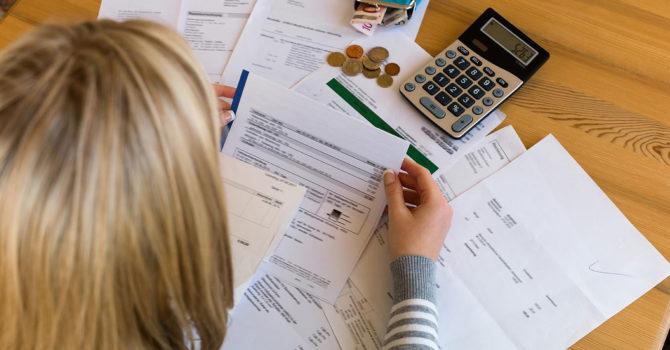 Женщина получает налоговый вычет